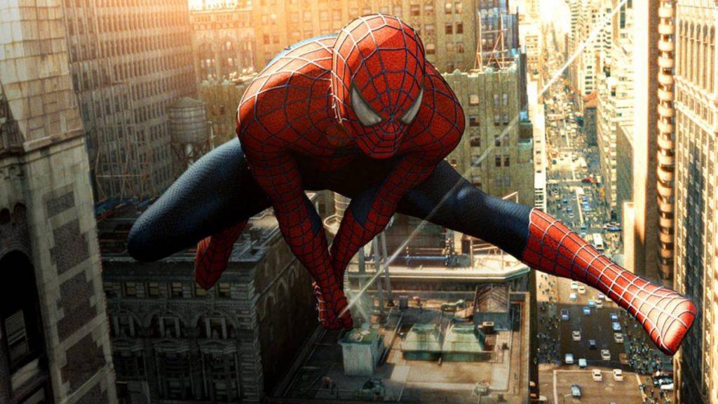 Spider Man usando sus telerañas para colgarse de los edificios